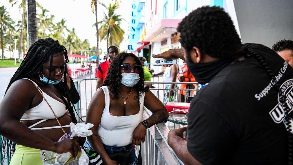 Toma de temperatura en un restaurante de Miami Beach