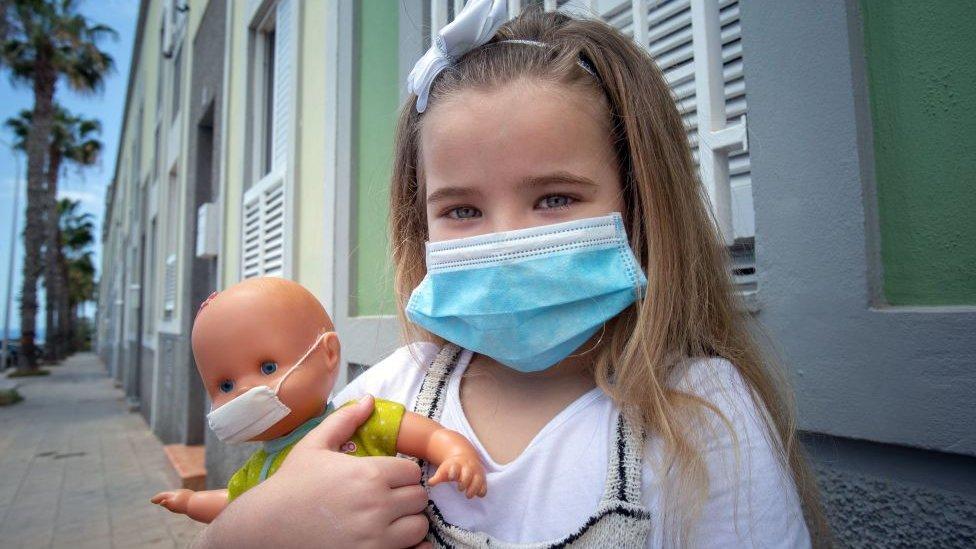 Devojčica sa maskom na Tenerifima, Španija
