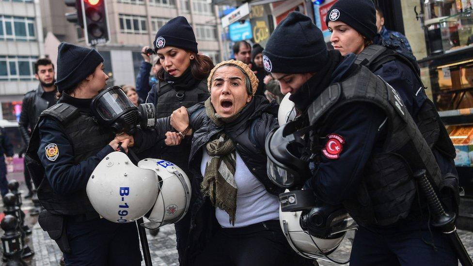 Türkiye'de operasyonu protesto edenler gözaltına alınmıştı