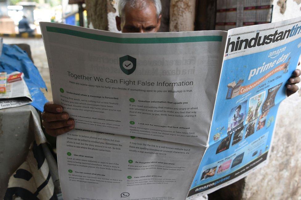 Un hombre leyendo el periódico
