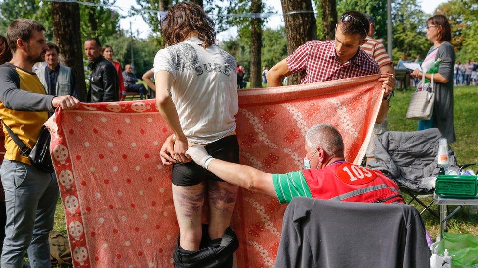 Manifestantes recibiendo tratamiento médico.