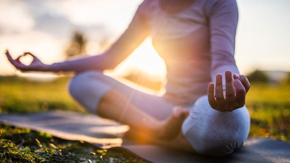 Una mujer practicando meditación