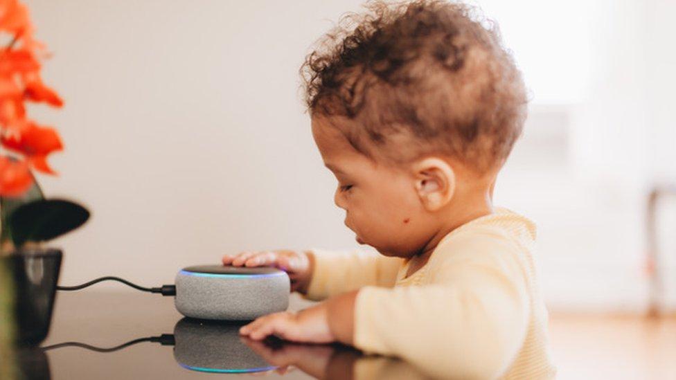 Bebé usando dispositivo de Amazon