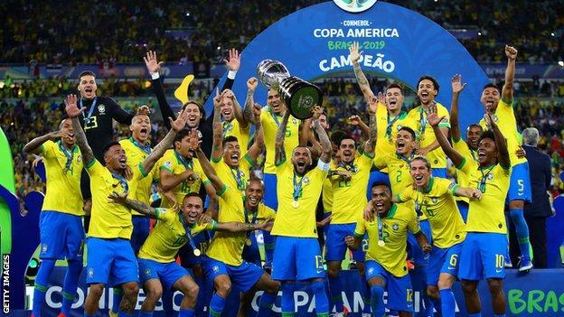 منتخب البرازيل يحتفل بالفوز بدورة 2019