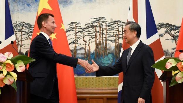 Hunt bersama Menteri Luar Negeri Cina Wang Yi.