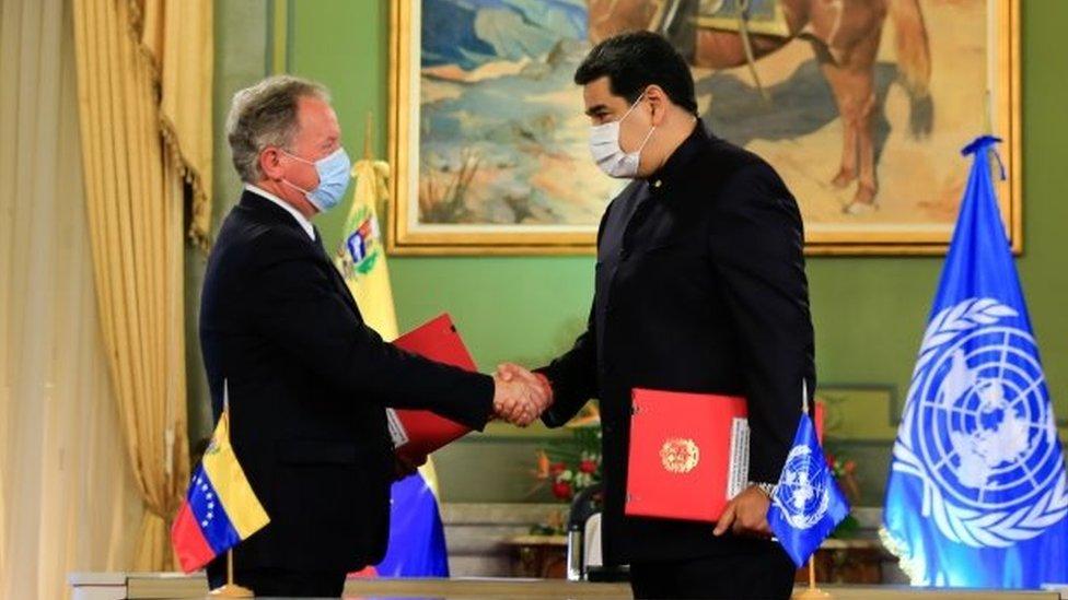 El director del Programa Mundial de Alimentos de la ONU, David Beasly, suscribió el lunes el acuerdo de asistencia con Nicolás Maduro.