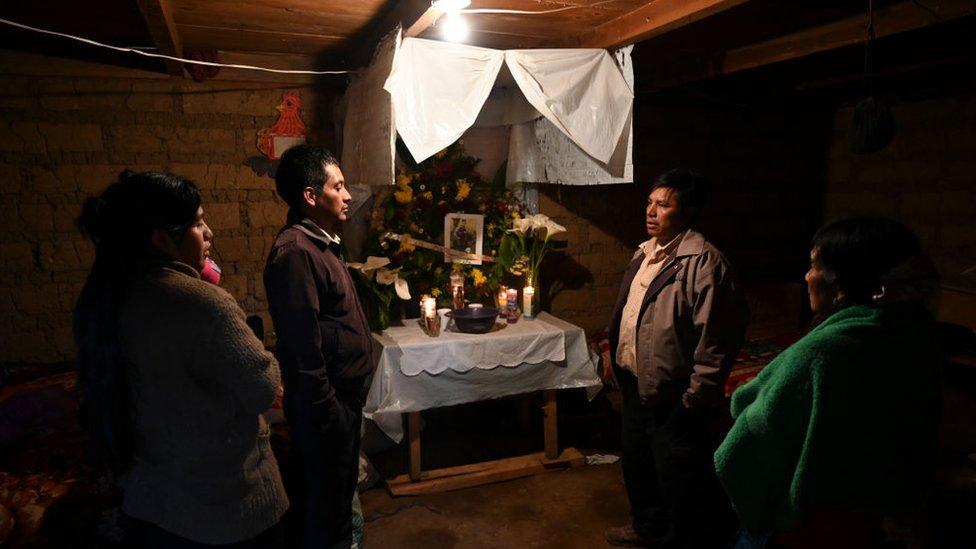 Un altar por un migrante asesiando en México