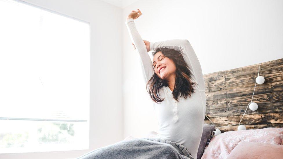 Mujer despertando tras un buen sueño