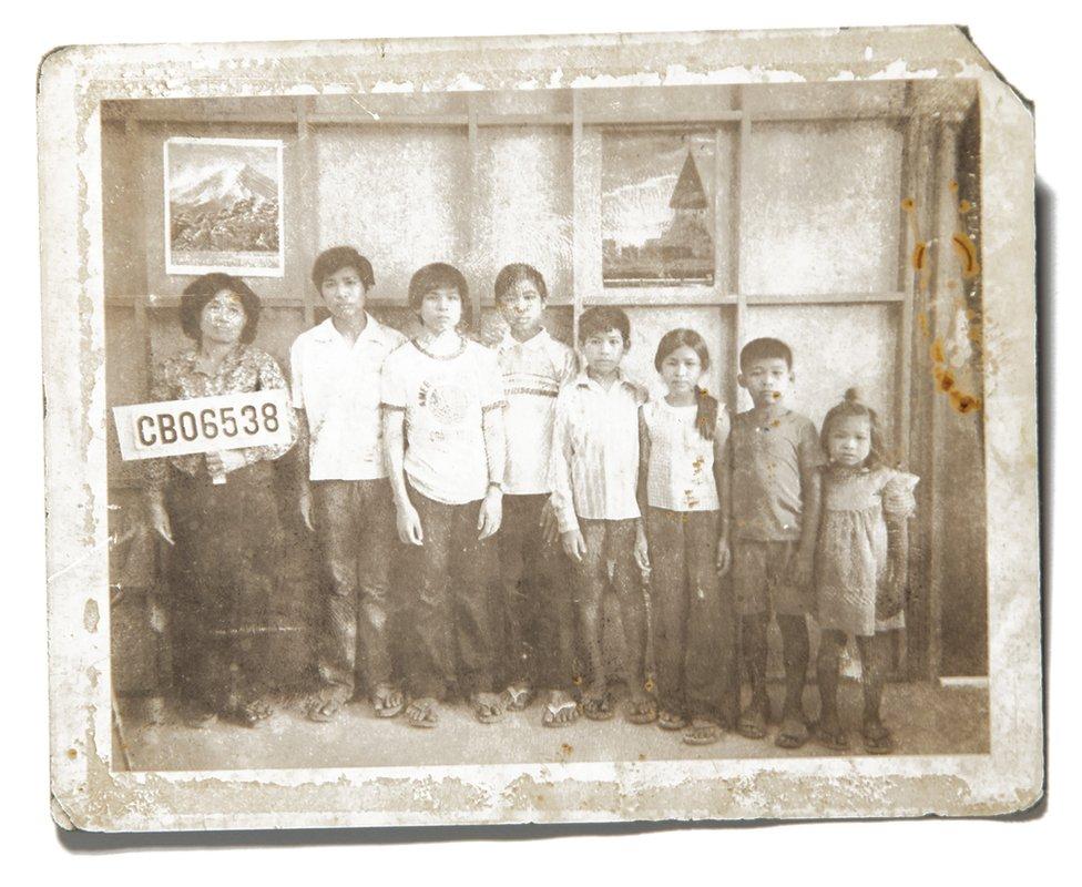 Porodica februara 1981. godine u izbegličkom kampu u Tajlandu.
