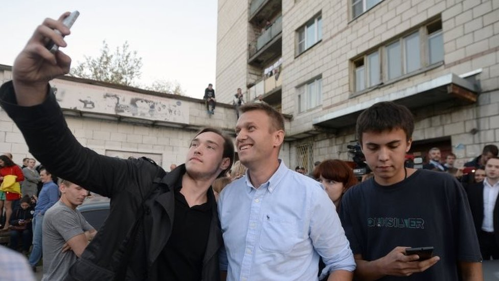 A man takes a selfie with Russian opposition leader Alexei Navalny (right) in the town of Kostroma (13 September 2015)