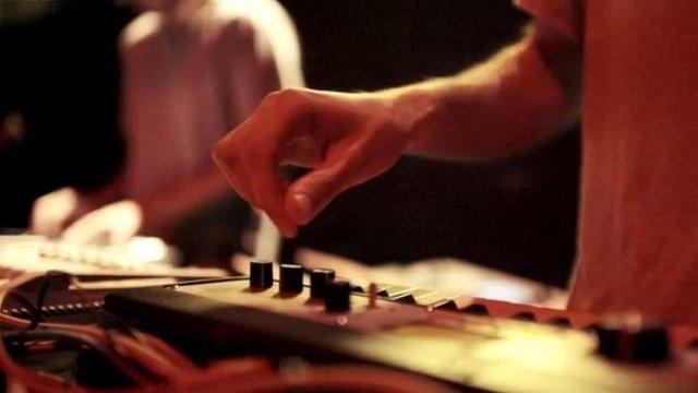 Un DJ maneja la consola en Bassiani.