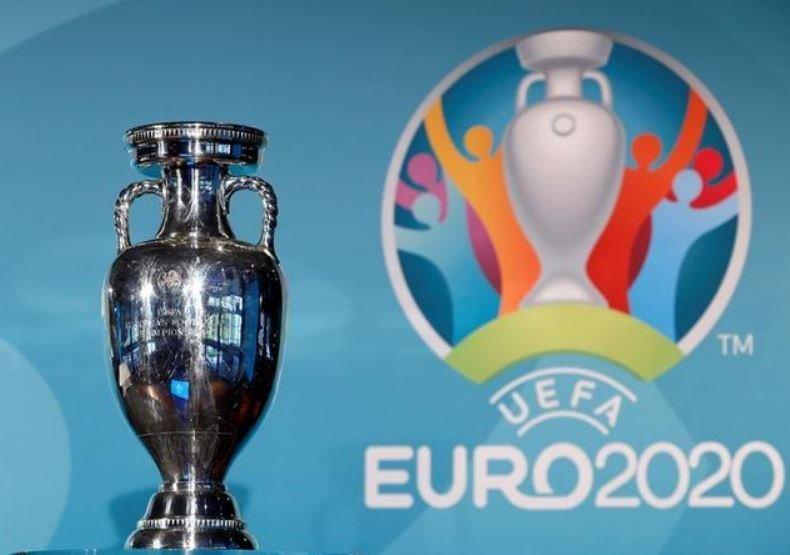 Avrupa Futbol Şampiyonası kupası ve EURO 2020 logosu
