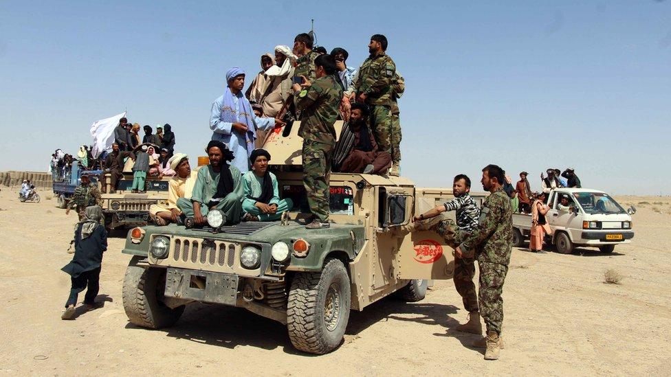 Grupa talibanskih snaga pozira sa vojnicima Avganistana tokom trodevnog prekida vatra zbog religijske proslave.