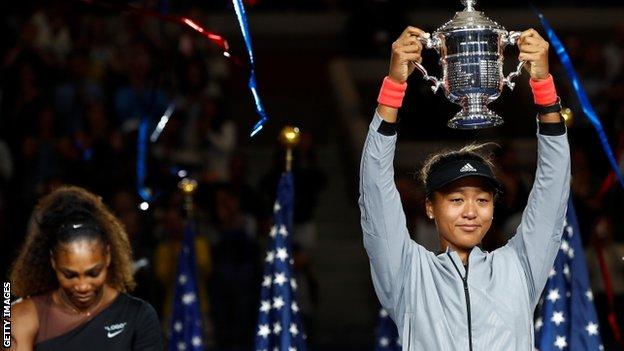 Naomi Osaka levanta el trofeo.
