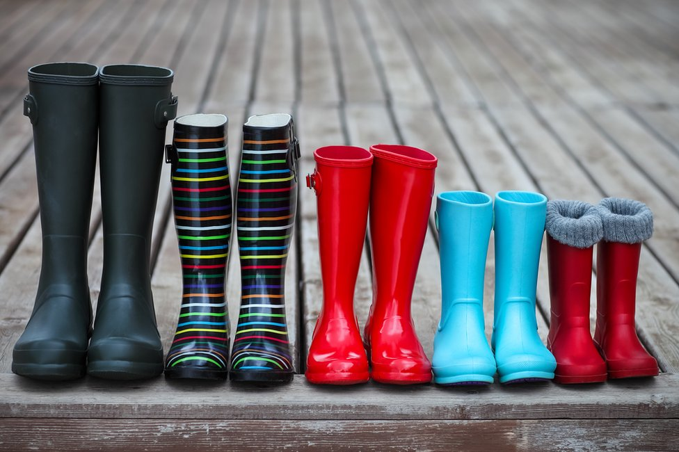 Botas de distintos colores y tamaños