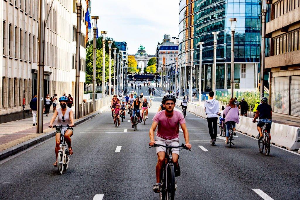 Bisiklet süren insanlar.