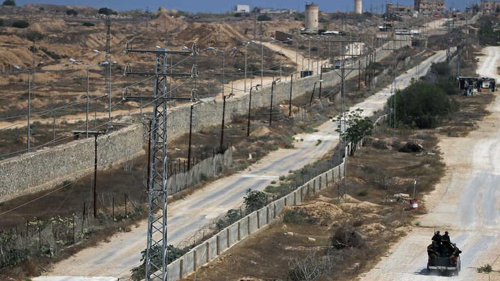 دورية تأمين فلسطينية موالية لحماس تحرس الحدود مع مصر (أرشيفية)