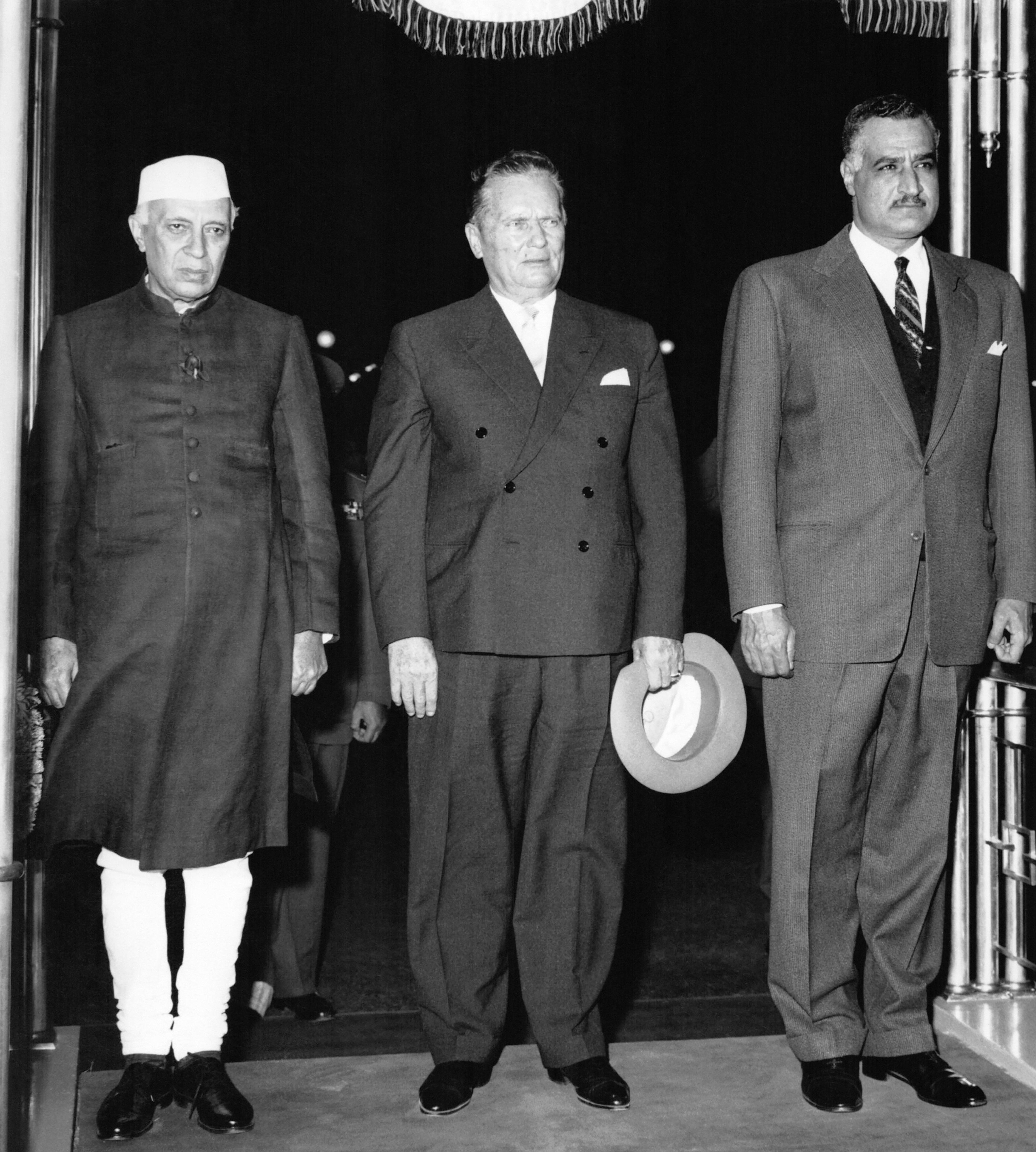 عبد الناصر مع الرئيس اليوغوسلافي تيتو ورئيس الوزراء الهندي نهرو