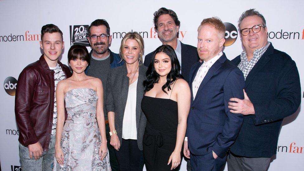 "Glumačka postava "",Moderne porodice"" s izvršnim producentom Stivenom Levitanom (centar)"