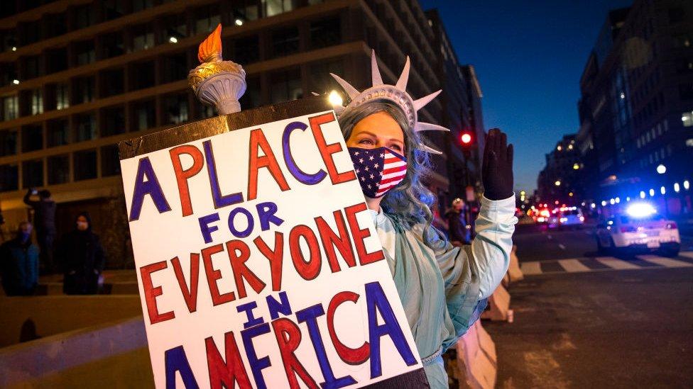 إحدى المشاركات في احتفال تنصيب جو بادين ترتدي زي تمثال الحرية
