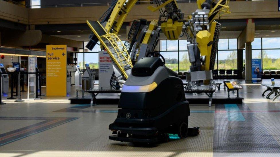Robots aplican esta luz ultravioleta para limpiar pisos de hospitales y aeropuertos.