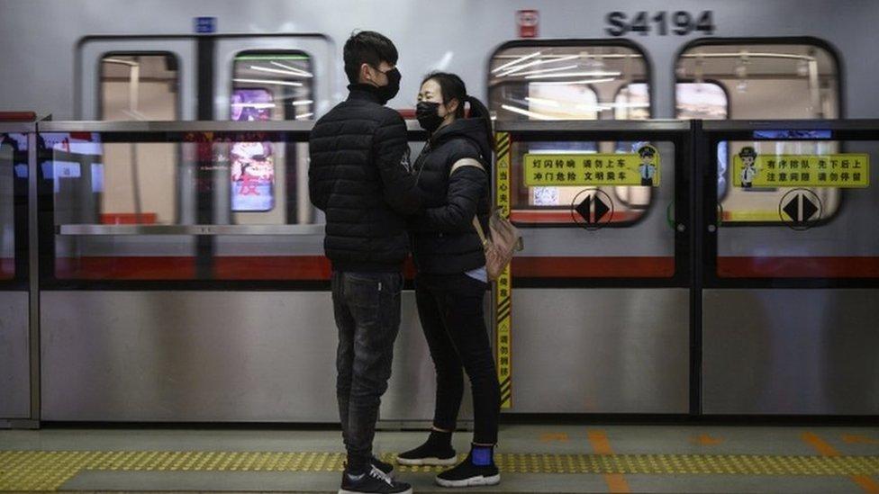 فتاه صينية تودع صديقها في محطة قطار