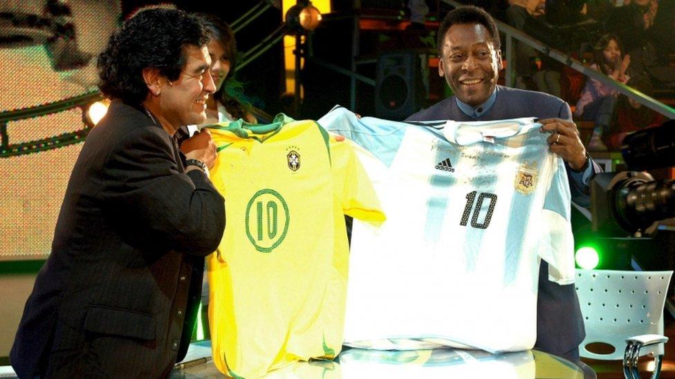 Maradona sostiene una camiseta de Pelé y Pelé sostiene una de Maradona