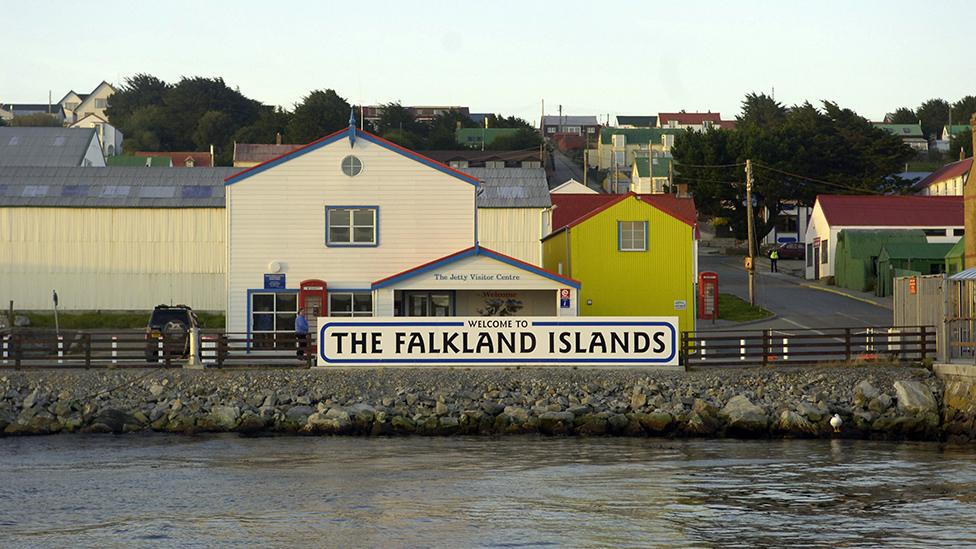 """Cartel de """"Bienvenidos a las islas Falklands"""""""