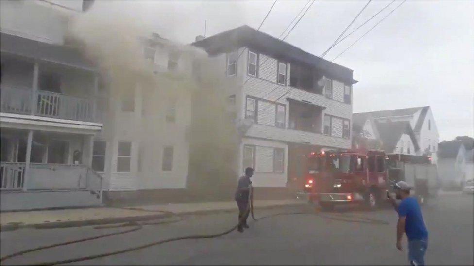 الدخان ينبعث من بعض المباني في بلدة لورانس