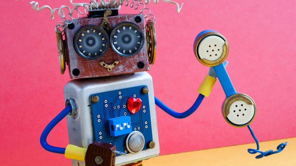 روبوت يمسك سماعة هاتف
