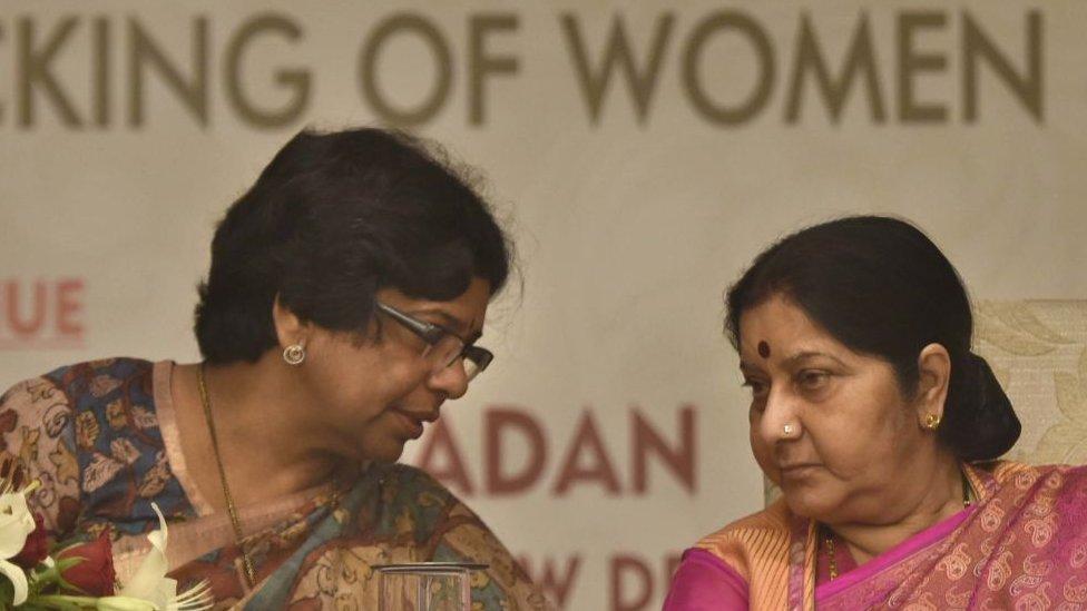 La ministra Sushma Swaraj y Vijaya Rahatkar, presidenta de la Comisión Nacional de la Mujer