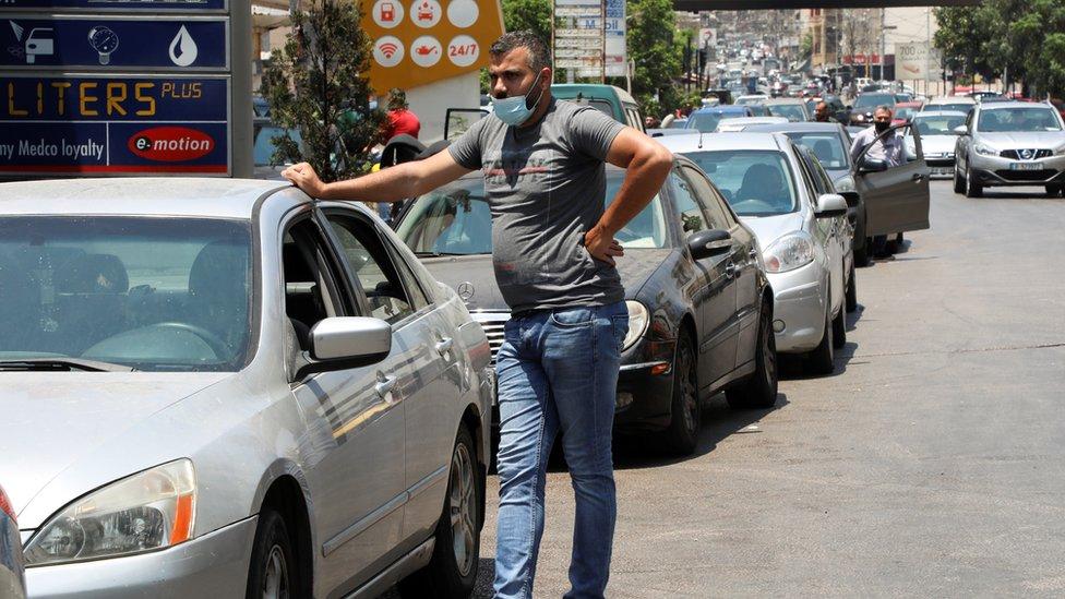 سيارات في طابور للحصول على الوقود في محطة وقود في بيروت.