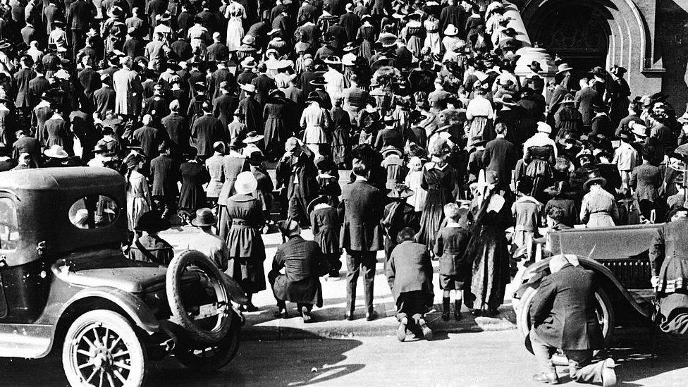 Crowd gathered near a church in San Francisco in 1918
