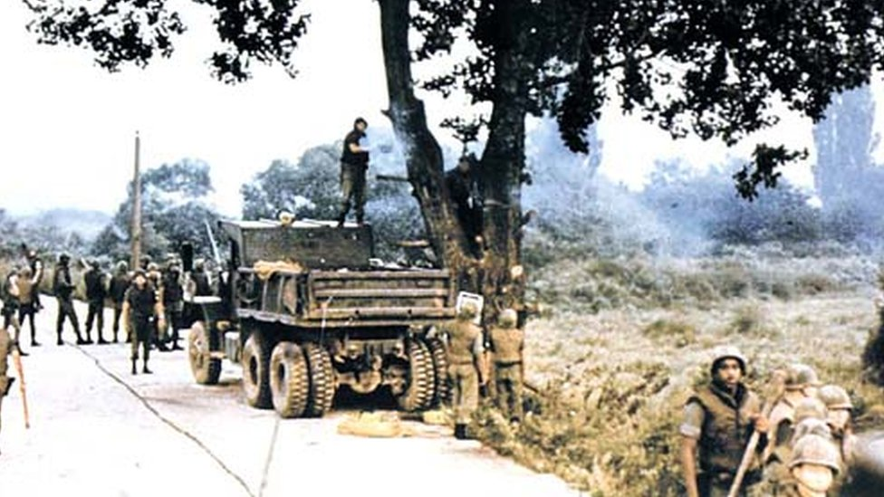 Tropas estadounidenses cortando el árbol en 1976