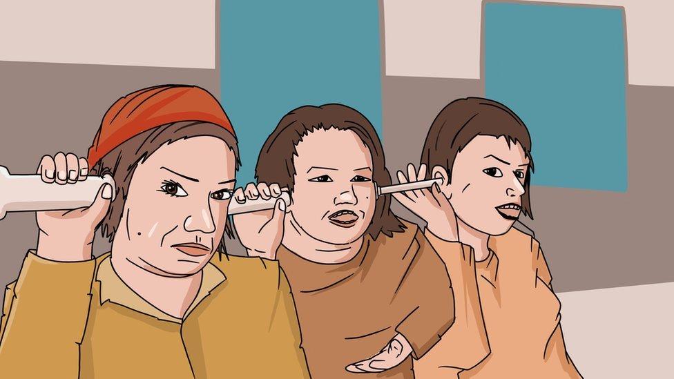 Tri žene prisluškuju