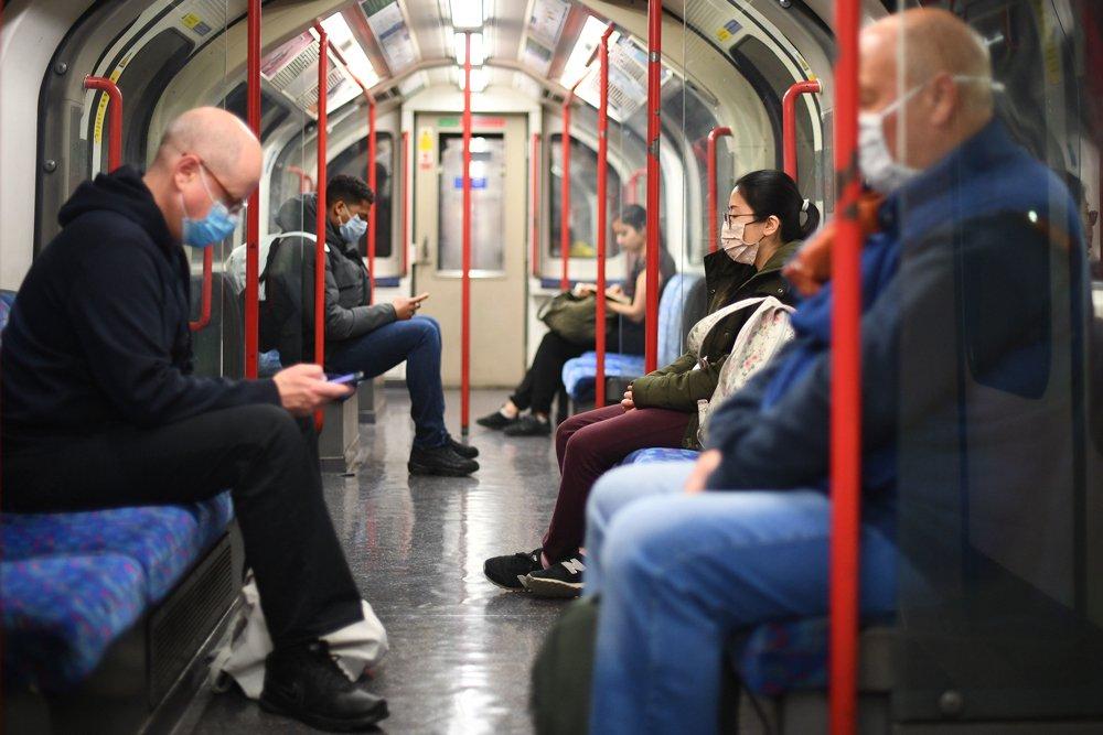 Londra metrosunda yolcular yüz maskeleri takıyor. Ülke genelinde koronavirüse karşı önlemler gevşetilmeye başlanırken belediyenin toplu taşıma birimi Transport for London, koronavirüs nedeniyle bu yıl 4 milyar sterlin zarar edeceğini hesaplıyor