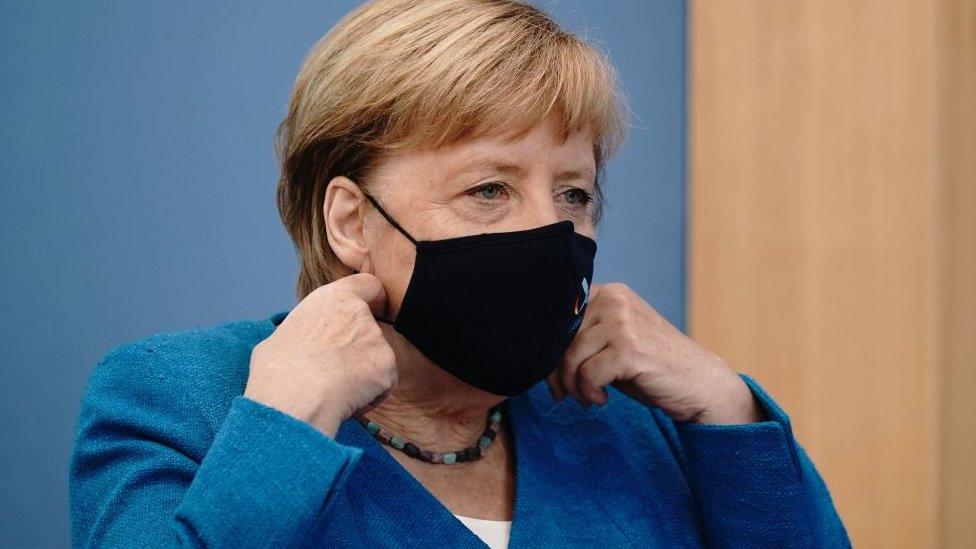La canciller alemana Angela Merkel con una mascarilla facial.