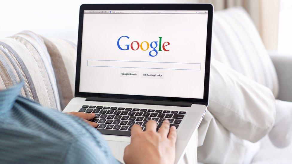 Imagen de un hombre con un portátil en la entrada al buscador de Google.