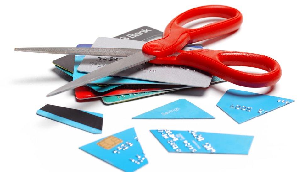 Tijeras y tarjetas de crédito cortadas