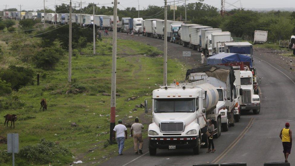 Camiones varados en un carretera en Nicaragua