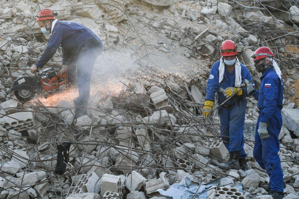 قام رجال الإنقاذ التابعون لوزارة الطوارئ الروسية بإزالة الأنقاض في منطقة ميناء بيروت، 8 أغسطس/آب 2020