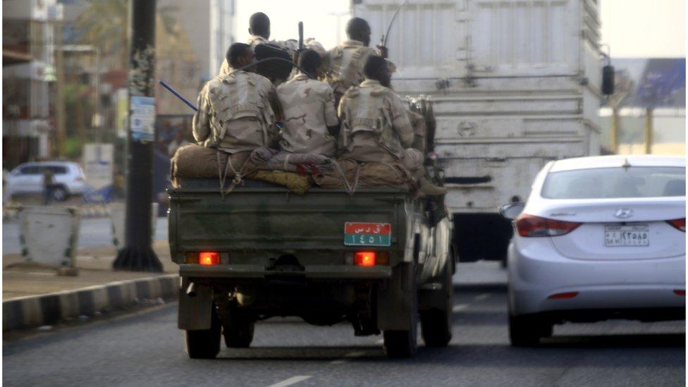 مركبة عسكرية بأحد شوارع الخرطوم