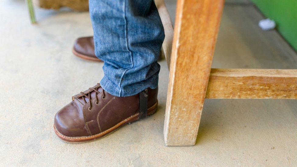Uno de los zapatos ortopédicos de Luis Fermín Tenorio Cortez.
