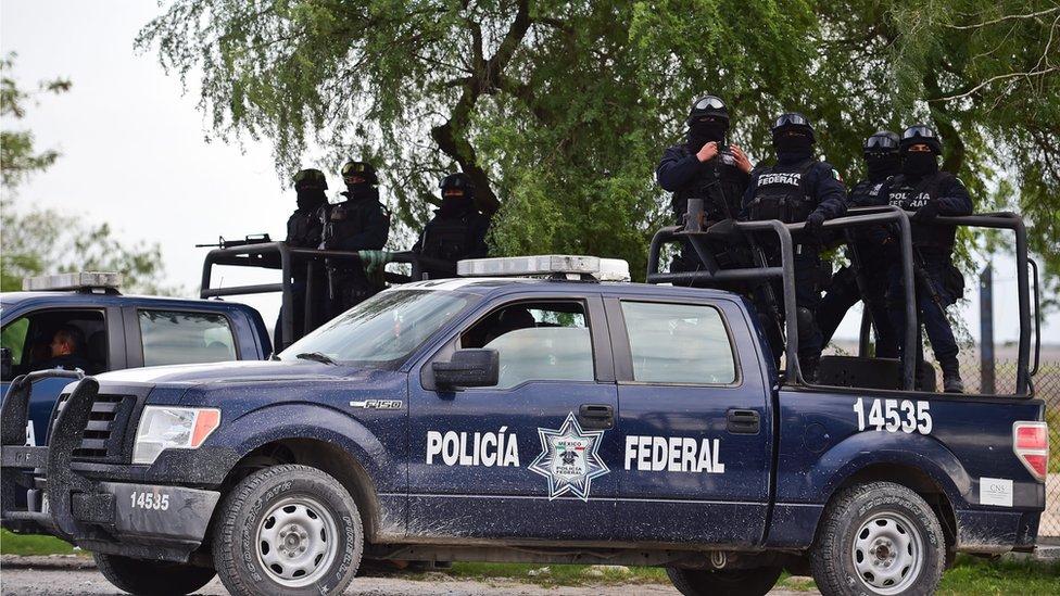 Policía Federal escolta a conductores por una peligrosa carretera en Tamaulipas, 16 de diciembre, 2015