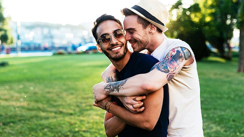 Dos hombres abrazándose