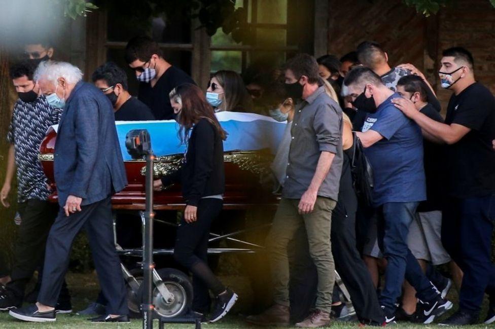 الأصدقاء والعائلة يحملون نعش أسطورة كرة القدم دييغو مارادونا، في المقبرة في بوينس آيرس، الأرجنتين