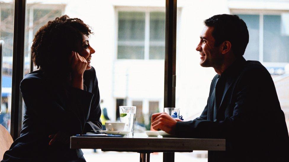 Los introvertidos disfrutan compartir sus ideas en grupos pequeños o conversaciones de a dos.