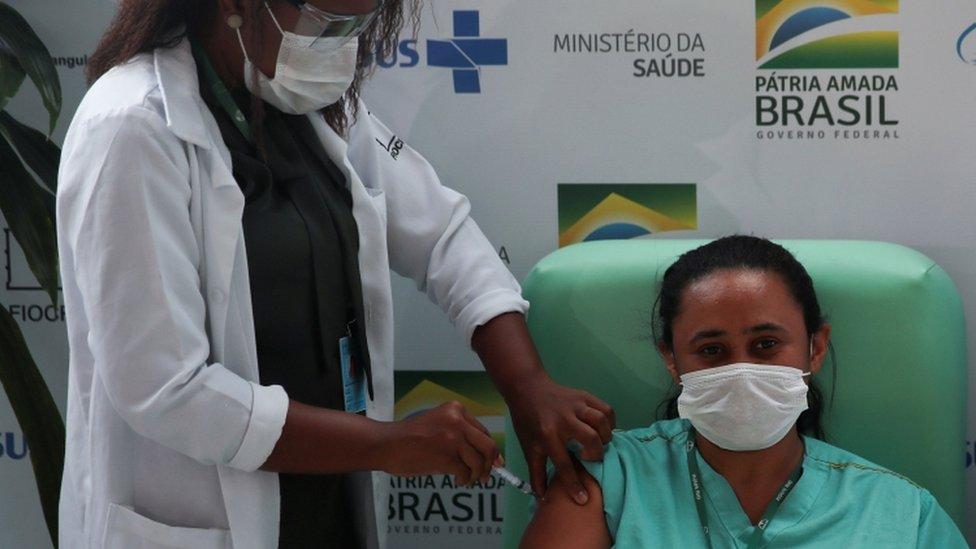 Enfermeira vacina outra profissional da saúde contra a covid