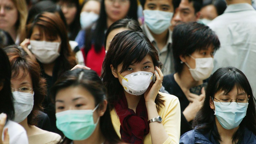 Personas en Hong Kong con máscaras quirúrgicas, ante el temor a un brote de SARS.