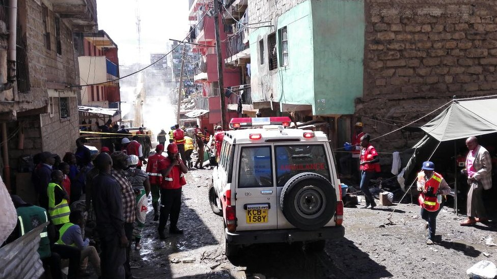 Rescue workers at the Kenya building collapse site in Nairobi (2 May 2016)
